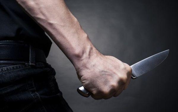 угрожать ножом