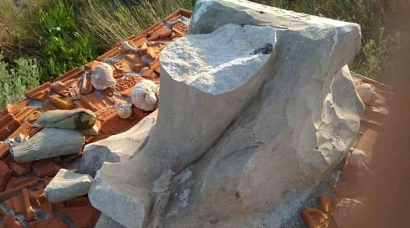поврежденная скульптура