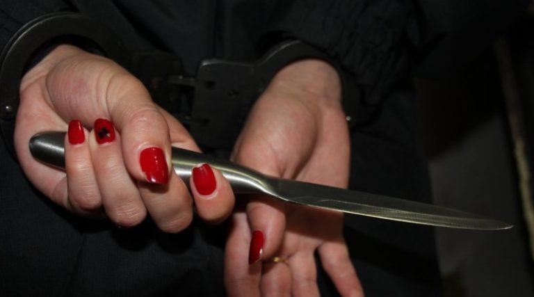 женщина ударила ножом