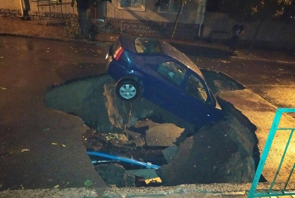 Машина под асфальтом