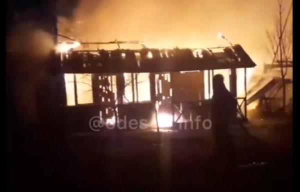 Поджог вызвал крупный пожар на базе отдыха в Затоке.