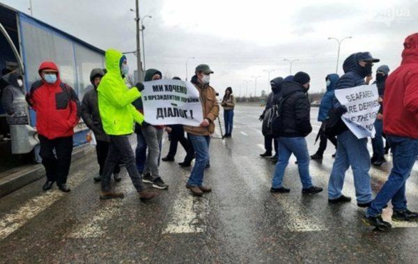Протестующие моряки перекрыли трассу Киев-Одесса