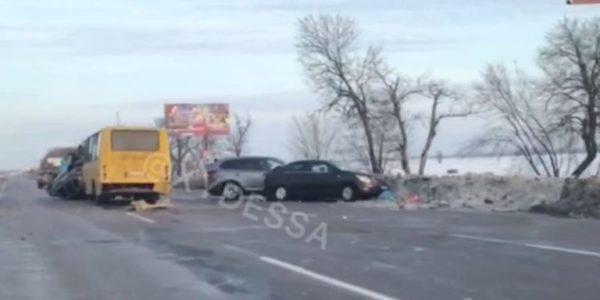 """На трассе """"Одесса-Киев"""" из-за погоды разбились сразу три авто и автобус"""