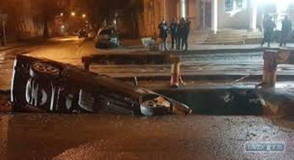 В Одессе автомобиль провалился в яму, оставленную коммунальщиками не закрытой