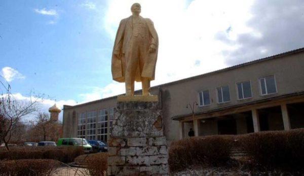 Прокуратура не дала закрыть уголовное производство из-за уцелевшего памятника Ленину в Болградском районе