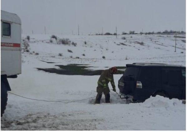 В Одесской области спасатели вытаскивали из снега фуру и внедорожник