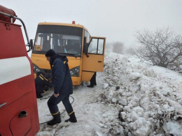 В Одесской области спасали застрявший школьный автобус