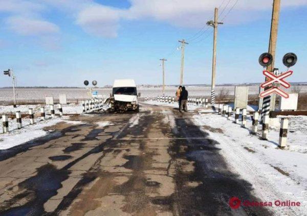 ДТП на Одесской железной дороге-столкнулись автобус и тепловоз
