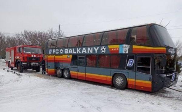 """Автобус футбольного клуба """"Балканы"""" спасатели вытаскивали с сугроба"""