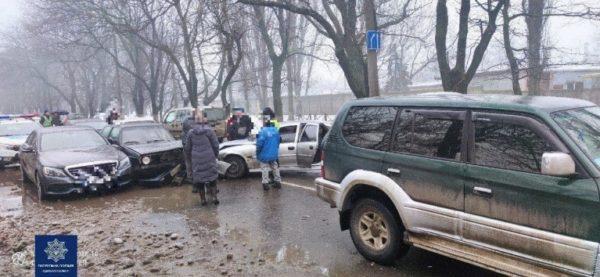 Сразу шесть машин столкнулись в Одессе утром
