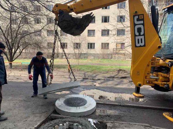 В Арцизе ремонтируют канализационные колодцы