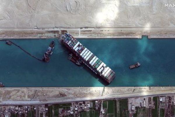Застрявшее в Суэцком канале судно сняли с мели
