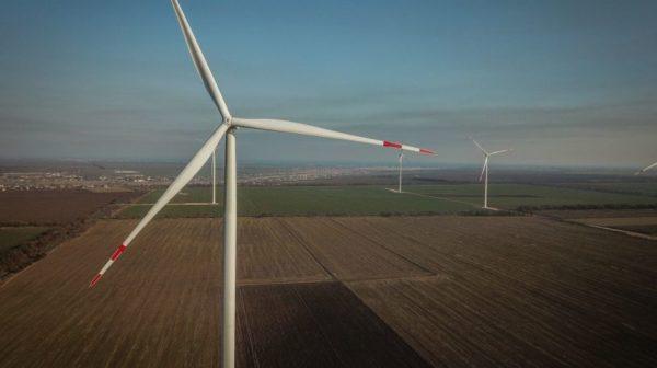 Под Одессой с ветряка электростанции высотой 131 метр упал турецкий рабочий и выжил