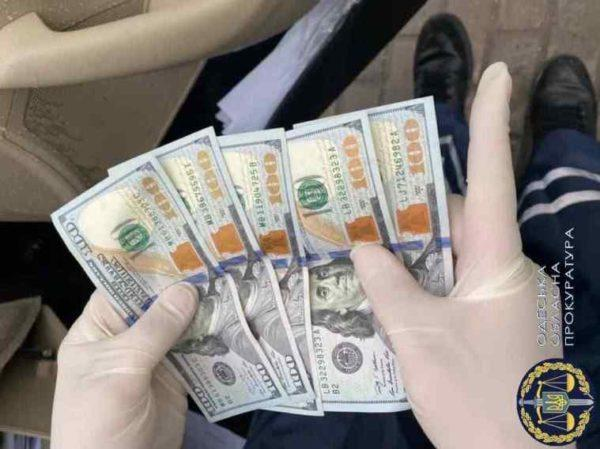 В Одесской области при получении взятки в 5 тысяч долларов задержали полицейского