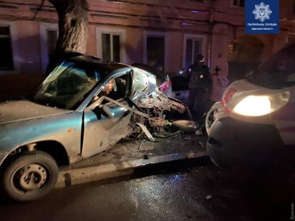 В Одессе водитель «скорой» уснул за рулем и врезался в легковую машину