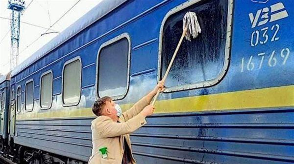 Скандальное происшествие: житель Дании ужаснулся состоянием поезда Измаил-Киев, и начал мыть окна вагона