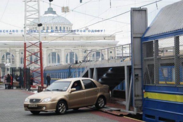 Укрзализныця запустила из Одессы в Днепр вагон-автомобилевоз