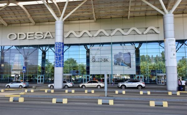 Одесский аэропорт разрешил автомобилистам бесплатно подъезжать к терминалу
