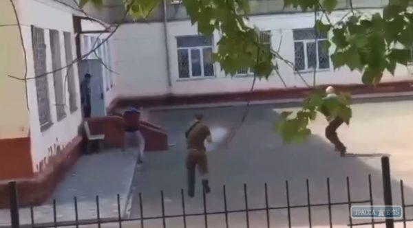Охранники стреляли в человека во дворе школы в Одесской области