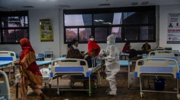 Морги и крематории переполнены: в Индии — рекордное число смертей от COVID-19