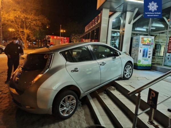В Одессе электромобиль «запрыгнул» на лестницу магазина