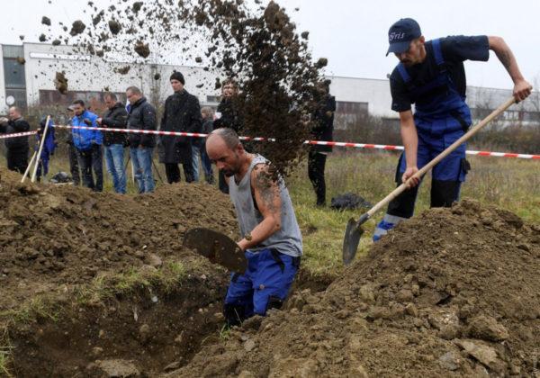 Это не шутка: в России провели турнир по скоростному копанию могил