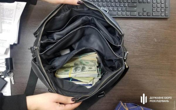 В Одесской области задержали полицейского, который вырвал у прохожей сумку с деньгами и драгоценностями