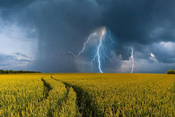 На Одесскую область обрушаться грозы, град и шквал