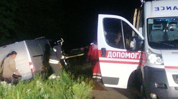 Ночью возле города Беляевки Toyota Camry врезалась в дерево
