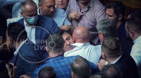 В Верховной Раде произошла драка из-за слов «слуги народа» о расстреле фракции ОПЗЖ