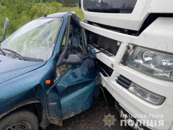 В Одесской области водитель фуры уснул за рулем и протаранил легковушку: погибла пассажирка