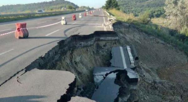 Из-за дождя разрушился участок дороги Одесса -Киев