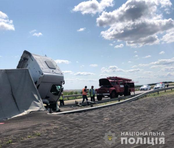 Фура с рапсом перевернулась на трассе Киев-Одесса