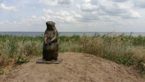 """В нацпарке """"Тузловские лиманы"""" появился восьмидесятикилограммовый памятник сурку"""