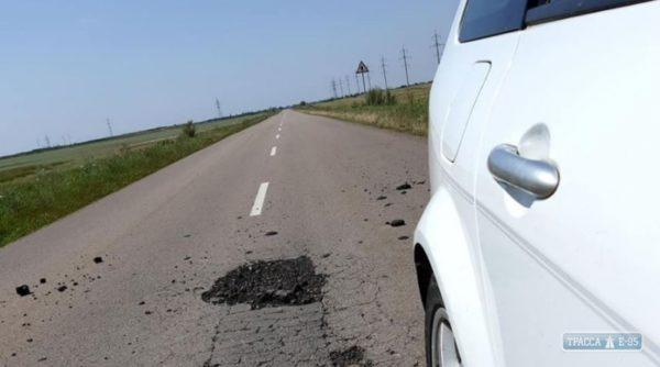 Дороги Одесской области начали разрушаться из-за движения перегруженных фур в жару