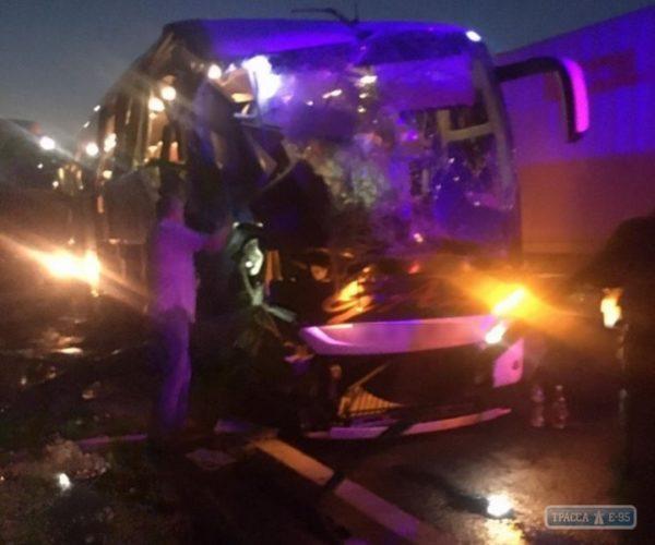1 человек погиб и 6 травмированы в аварии с рейсовым автобусом в Одесской области