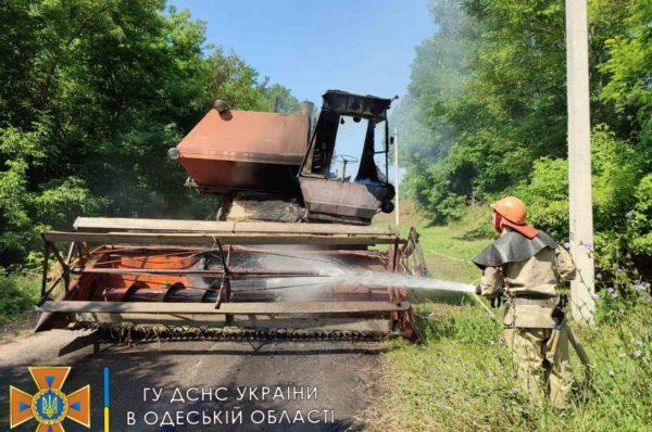 В Одесской области загорелся комбайн на ходу
