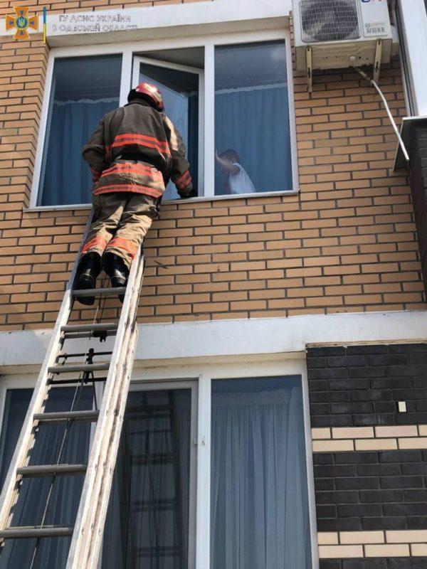 В Черноморске спасли ребенка, который чуть не выпал с окна второго этажа