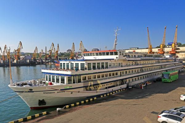 Украинский пассажирский лайнер  «Принцесса Днепра» внезапно отправился в Россию