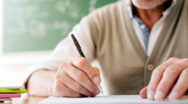 Уходя на пенсию, педагоги смогут получить сразу десять выплат