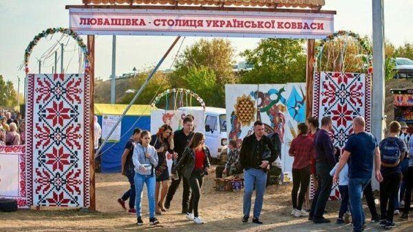 В Одесской области побили рекорд – составили самую большую карту Украины из колбасы (видео)