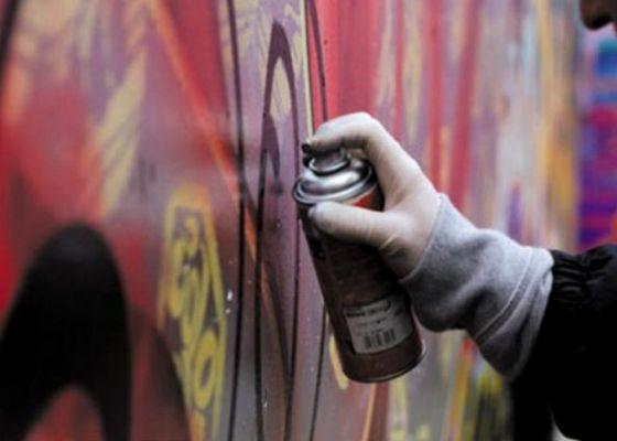 Житель Одесской области ночью разрисовал отделение полиции нецензурными картинками