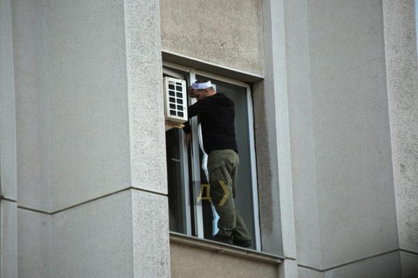 Угрожал выброситься из окна: переселенец с Донбасса требовал включить свет в захваченном здании и отправить в отставку губернатора