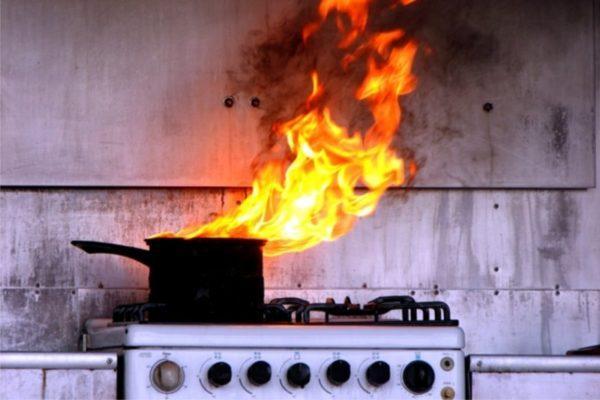 Житель Измаила едва не погиб на пожаре, оставив включенную плиту