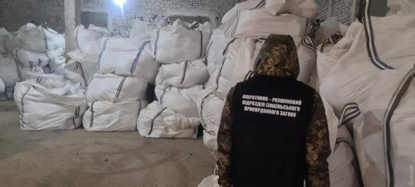 В Одесской области пограничники раскрыли схему контрабанды сигарет в Евросоюз: их планировали везти на пароме в мешках от соли